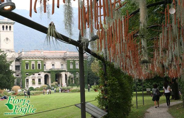 Installazione sonora sullo sfondo di Villa Erba