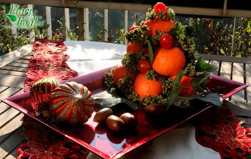 Composizione di frutta e spezie fiori e foglie - Centro tavola con frutta ...